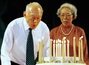Mr. Lee celebrating his seventy seventh birthday with his wife, Kwa Geok Choo, on September 16, 2000. (Photo: Edward Wray, Associated Press)